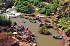 Lac avec des bateaux dans la vallée de la cascade D Ouzoud L'UNESCO l'afrique images stock
