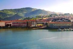 Lac avec des maisons Photos libres de droits