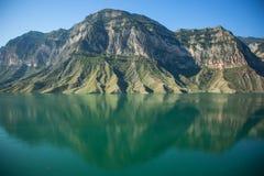 Lac avec des montagnes images libres de droits