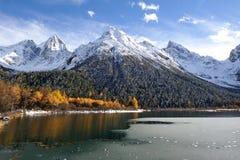 Lac avec des montagnes de neige Image libre de droits