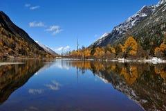 Lac avec des montagnes en automne Images stock