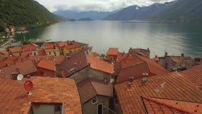 Lac avec des montagnes et des villes en Italie banque de vidéos