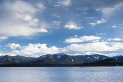 Lac avec des nuages photos stock