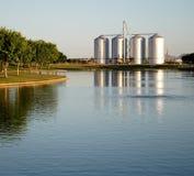 Lac avec des silos à l'arrière-plan Images stock