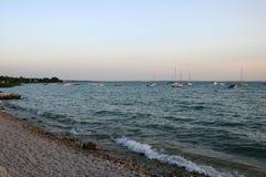 Lac avec des yachts Photo stock