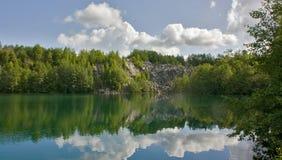 Lac avec la banque de marbre raide, Ruskeala, Carélie, Russie Image stock