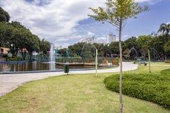 Lac avec la fontaine en parc Santos Dumont, Sao Jose Dos Campos, Brésil photos libres de droits