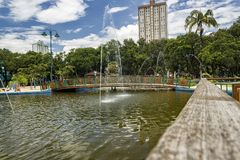 Lac avec la fontaine en parc Santos Dumont, Sao Jose Dos Campos, Brésil image libre de droits
