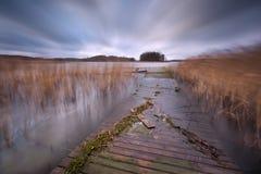 Lac avec la jetée Long paysage d'exposition Image libre de droits