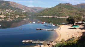 Lac avec la plage Image stock