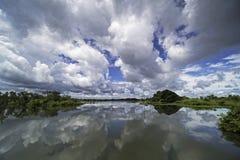 Lac avec la réflexion des cumulus, paysage avec de beaux nuages dramatiques photographie stock libre de droits