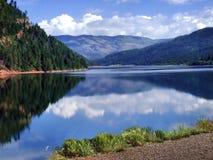 Lac avec la réflexion magnifique de montagne Image libre de droits