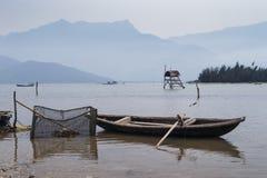 Lac avec le bateau de pêcheur Photo stock