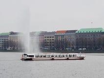 Lac avec le bateau et la fontaine Photo stock