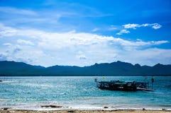 Lac avec le ciel bleu lumineux Photo libre de droits