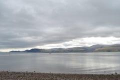 Lac avec le ciel déprimé Photographie stock libre de droits