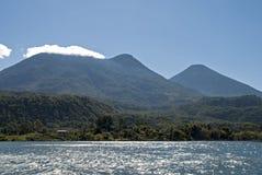 Lac avec le fond de volcans images libres de droits