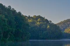 Lac avec le myst Photographie stock