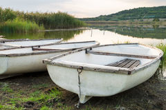Lac avec les bateaux et le roseau Photos stock