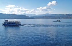 Lac avec un bateau de croisière et un avion d'eau Images libres de droits