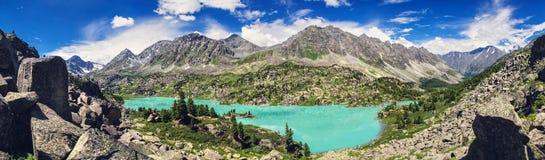Lac azuré de montagne Photographie stock libre de droits