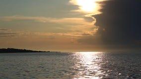 Lac Baikal au coucher du soleil banque de vidéos