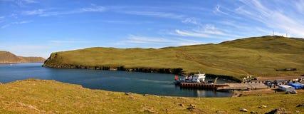 Lac Baikal en été Vue supérieure du détroit Olkhonskie Vorota et de ferry-boat transportant des passagers régulier vers l'île d'O photo libre de droits