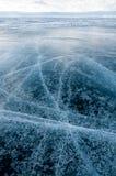Lac Baikal figé Les beaux nuages stratus au-dessus de la glace apprêtent un jour givré Fond naturel Images stock