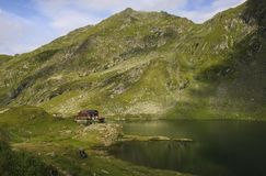 Lac Balea près de route de Transfagarasan dans le Mountai carpathien photos stock