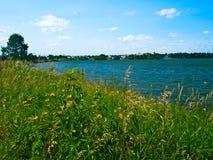 Lac Bemidji avec les fleurs sauvages sur le rivage du sud à Bemidji Minnesota photographie stock libre de droits