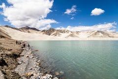 Lac blanc sand le long de route de Karakorum, le Xinjiang, Chine photographie stock libre de droits