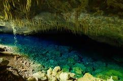 Lac bleu à l'intérieur d'une caverne dans le bonito Photo libre de droits