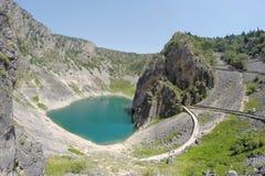 Lac bleu dans le cratère d'un volcan éteint en Croatie Images stock