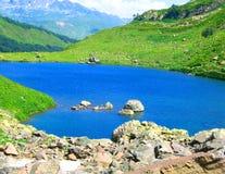 Lac bleu dans le district de montagne. Photographie stock