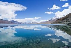 Lac bleu dans les montagnes Image libre de droits
