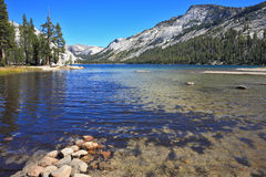 Lac bleu dans une cavité Photos libres de droits
