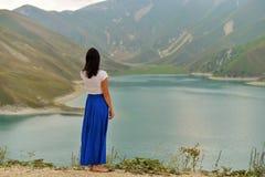 Lac bleu de montagne le soir image stock