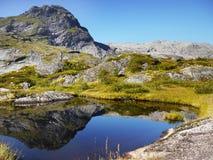 Lac bleu en montagnes, paysage de la Norvège Photographie stock