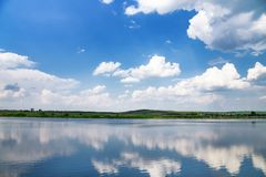 Lac bleu et cygnes blancs Photographie stock