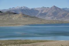 Lac bleu et montagnes sans vie Images libres de droits