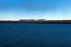 Lac bleu lumineux sur le paysage abandonné rocheux pierreux de l'Islande photos stock
