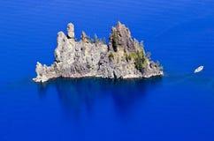 Lac bleu Orégon crater d'île fantôme de bateau Photos libres de droits