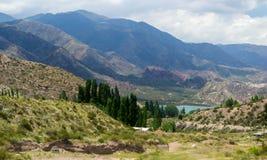 Lac bleu perdu dans les montagnes Photo libre de droits
