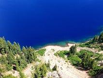 Lac bleu renversant mountain de turquoise Photos stock