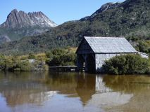 Lac Boatshed dove à St Clair National Park Tasmania Australia de Montagne-lac de berceau photo stock