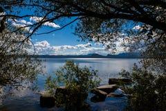 Lac Borovoe, rivage rocheux sur le ciel de nuage en parc national Burabai, Kazakhstan Photographie stock