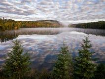 Lac bow avec la réflexion de nuages photos libres de droits