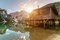 Lac Braies Pragser Wildsee en dolomites au coucher du soleil, Sudtirol, Italie images libres de droits