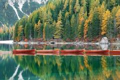 Lac Braies Pragser Wildsee en dolomites au coucher du soleil, Sudtirol, Italie image stock
