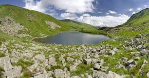 Lac Brebeneskul en montagnes carpathiennes photographie stock libre de droits